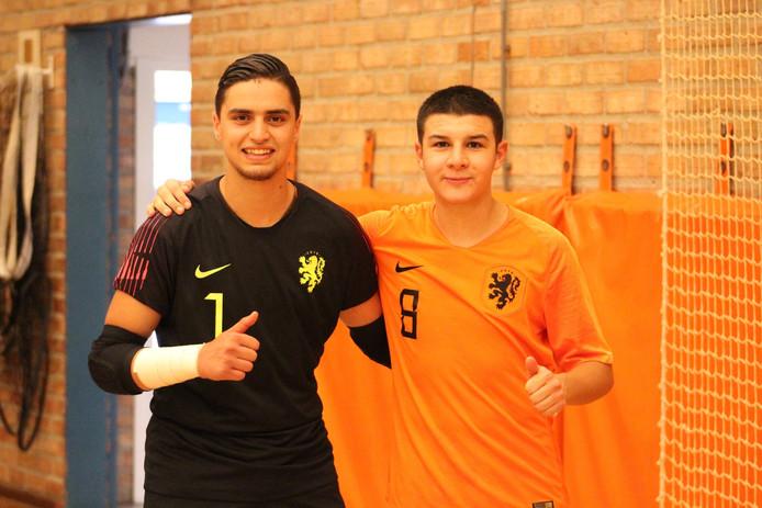 Youssef Ben Sellam (links) en Nabil Azzanagui in het shirt van het Nederlands team.