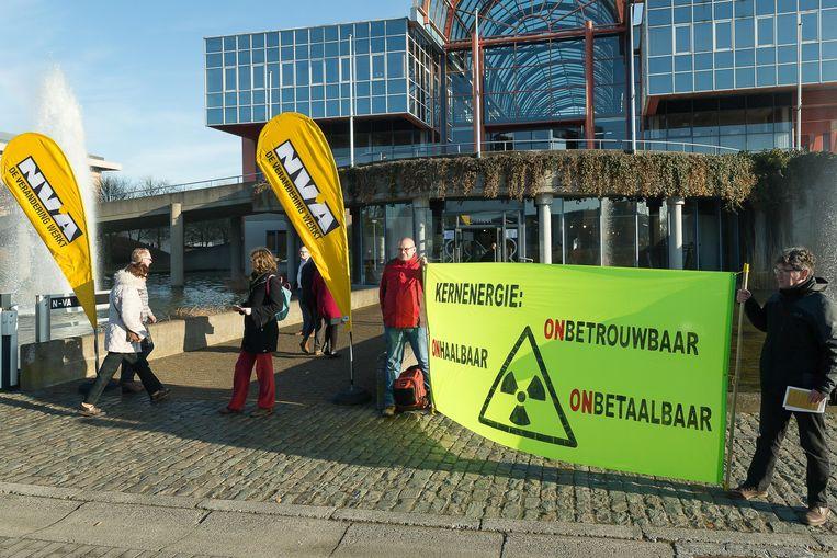 Bij de start van de studiedag voerden enkele leden van de 11 maart-beweging actie.