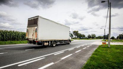 Trucks denderen door dorpen