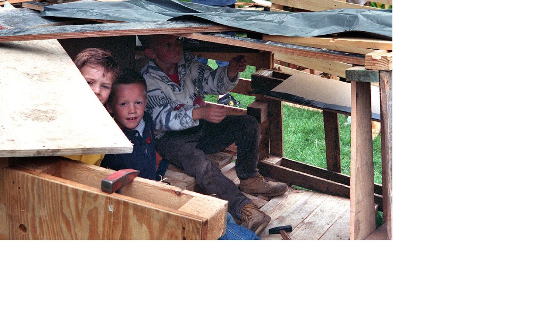 Archieffoto (1997). Kinderen bouwen een hut.