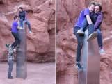 Vrienden beklimmen mysterieuze monoliet in de woestijn