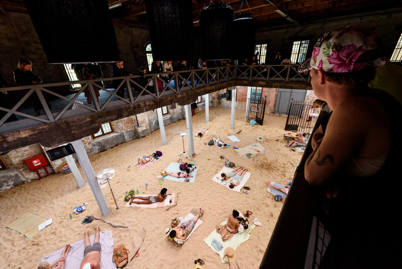Sun & Sea (Marina), een opera-installatie in het Litouwse paviljoen, gaat over de gevolgen van massatoerisme.