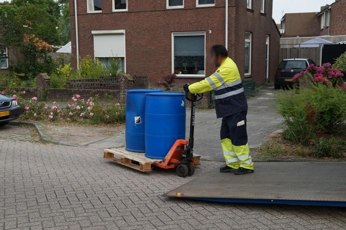 Agenten vonden vier grote vaten met chemicaliën.