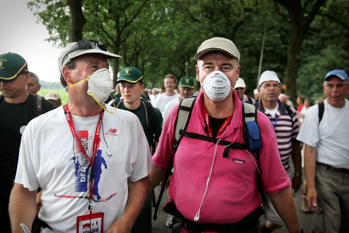 Twee wandelaars tijdens de Vierdaagse van 2009 dragen mondkapjes vanwege de Mexicaanse griep.