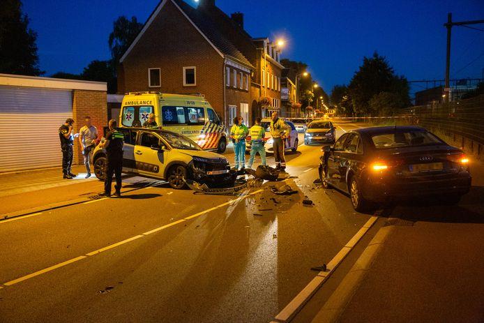 Auto's frontaal op elkaar in Roosendaal.