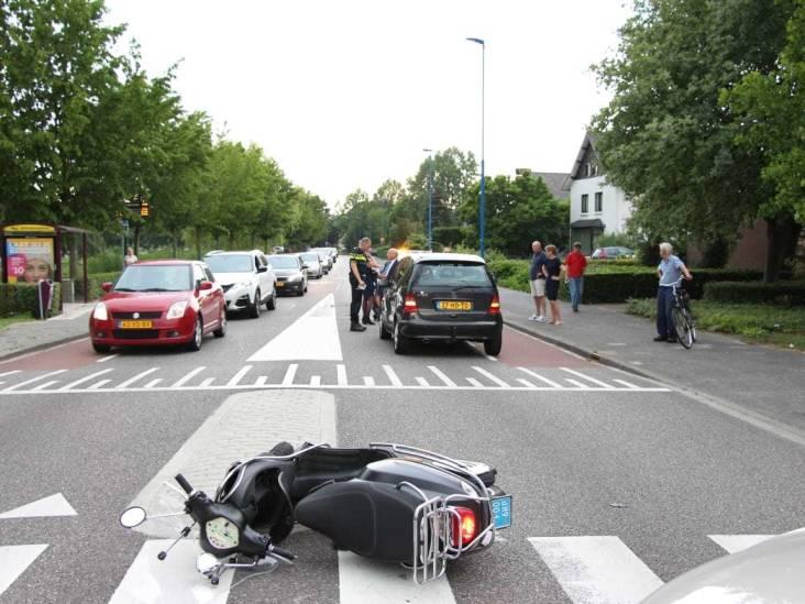 Scootterrijder bij oversteekplaats geschept in Dongen
