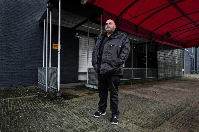 John Bronk, mede-eigenaar  van Club Rodenburg, voor de discotheek die op last van de burgemeester werd gesloten. Hij mag er niet in.
