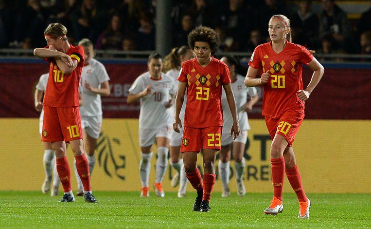 Aline Zeler (l), Kassandra Ndoutou Eboa Missipo (midden) en Julie Biesmans (r) bekomen van de late 2-2.