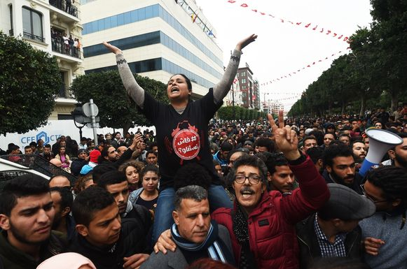 TOPSHOT - Tunisians shout slogans during a demonstration against the government and price hikes on January 9, 2018 in Tunis.  Protests hit several parts of Tunisia where dozens of people were arrested and one man died in unclear circumstances amid anger over rising prices, authorities said. / AFP PHOTO / FETHI BELAID