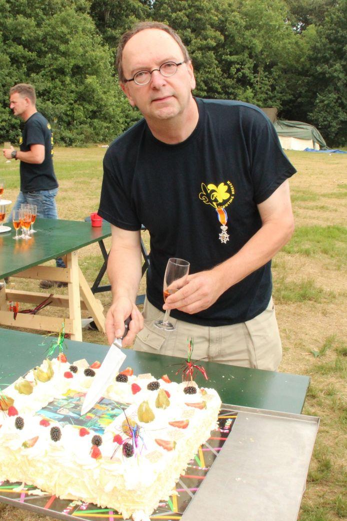 Geert Eijsvogels in 2017, met de net gekregen koninklijke onderscheiding op zijn scoutingshirt.