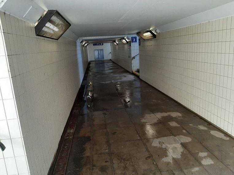 De tunnel onder de sporen.