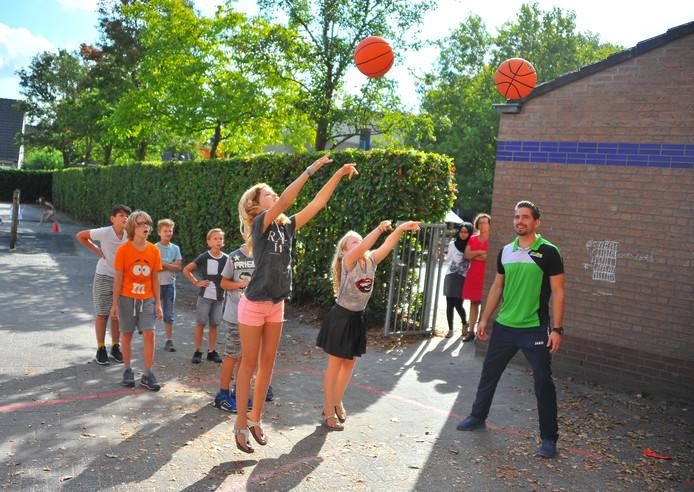 Kinderen van 't Palet in Hapert krijgen sportles.