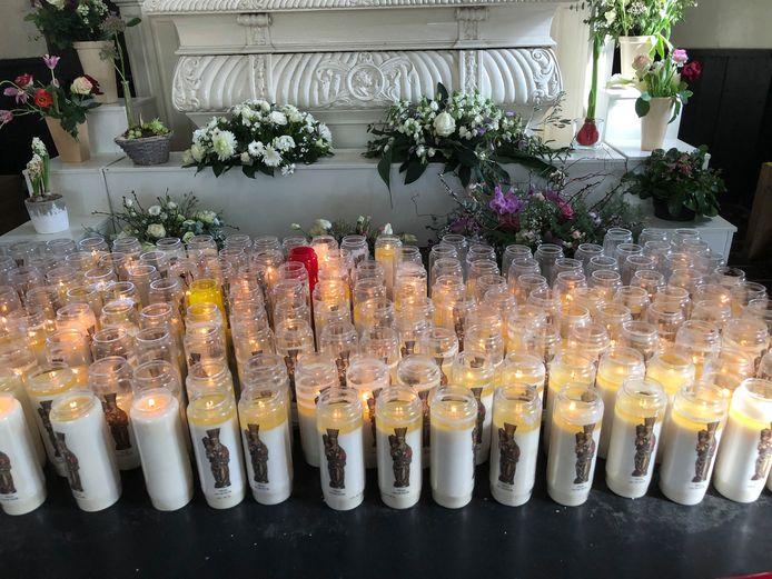 Noveenkaarsen branden in groten getale in de kapel van de Heilige Eik in Oirschot