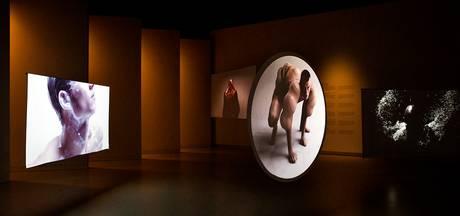 Futuristisch latexdesign in Stedelijk Museum