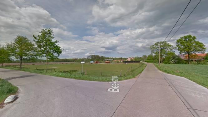Nieuwe proefopstelling in Beekstraat: tractorsluis knipt straat in twee