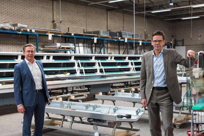 Charles Smets (links) directeur Smeva Group en Smeva-directeur Henk Dibbets.  Op de achtergrond een zelfbedieningsmeubel voor een supermarkt aan de Côte d'Azur.