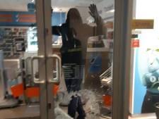 Inbreker oog in oog met agenten tijdens leegroven telefoonwinkel in Zutphen