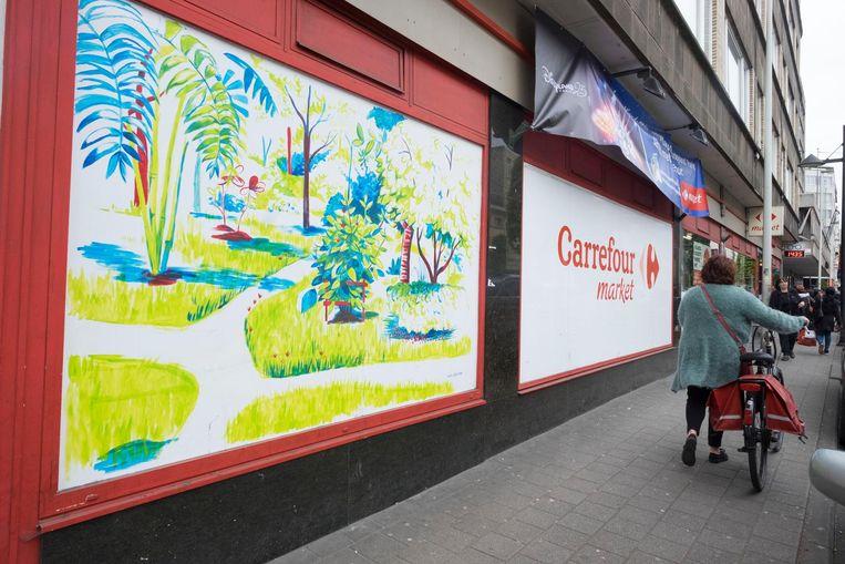 Op de etalage van de Carrefour werd een tekening van een Thaise tuin van Eden gemaakt.