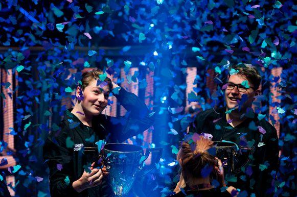 """Winnaars Emil """"Nyhrox"""" Bergquist Pedersen (links) en Thomas """"Aqua"""" wonnen het duo-onderdeel van het WK. Ze nemen 2,75 miljoen euro mee naar huis."""