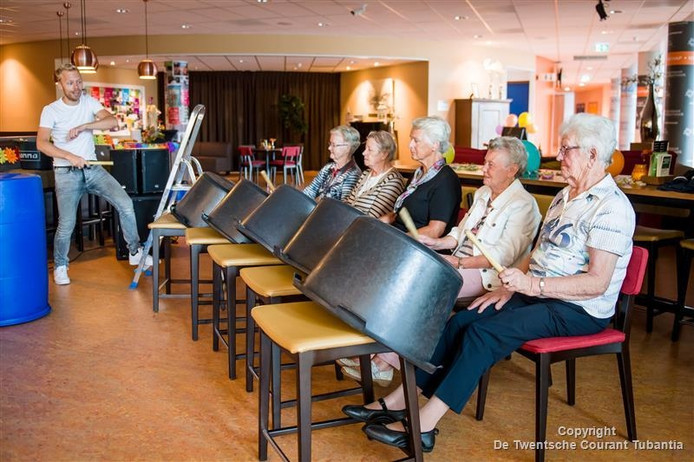 De eerste keer 'Joost geeft een feestje'; drumdocent Joost Visser speelt in Vroomshoop samen met ouderen.