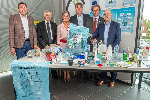 Een miljoen Vlamingen gebruiken vanaf deze week de Nieuwe Blauwe Zak. Tegen 2021 wordt de zak in heel Vlaanderen geïntroduceerd.
