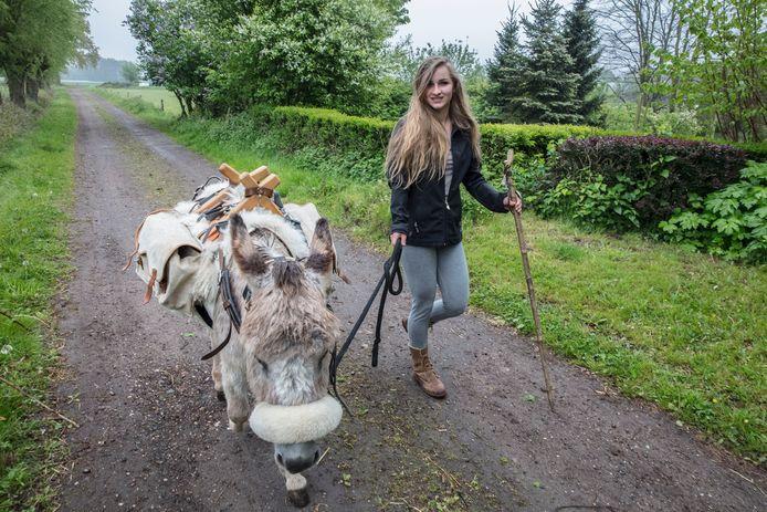 Carmen Coolen gaat met een ezel vanuit Aarle-Rixtel naar Santiago de Compostela lopen.