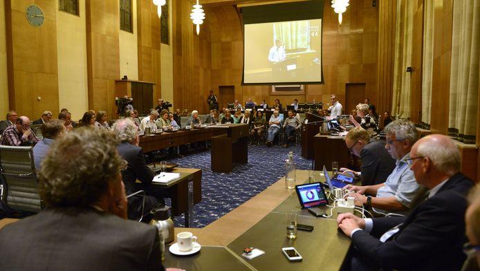 De stedelijke commissie in Enschede tijdens een vergadering eind september over de vluchtelingenopvang.