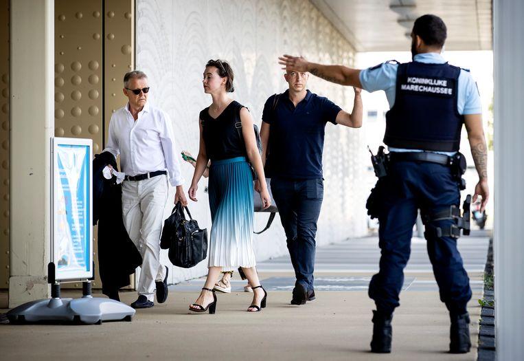 Advocaten Nico Meijering (L) en Christian Flokstra (R) arriveren bij de extra beveiligde rechtbank op Schiphol voor een zitting in het Marengo proces.  Beeld Hollandse Hoogte /  ANP