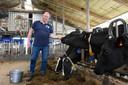 Bedrijfsleider Peter ten Haken bij de Holstein-koeien.