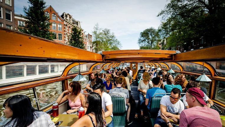 Nieuwe internationale studenten van de VU worden met rondvaartboten door de grachten geleid om Amsterdam te leren kennen. Beeld anp
