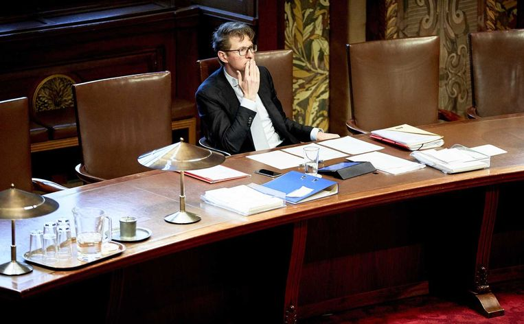 Staatssecretaris Dekker in de Eerste Kamer. Beeld anp