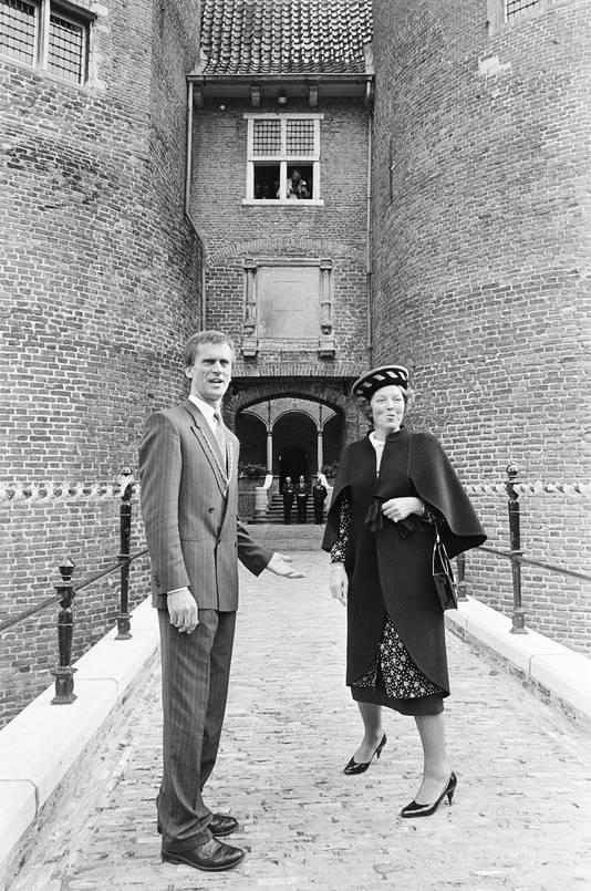 Burgemeester Jan Westra ontvangt koningin Beatrix tijdens een bezoek aan Hank en Dussen in 1986.