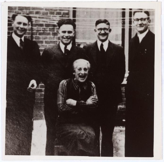 V.l.n.r. onderduikers Harrie Winkelmolen, Leo Winkelmolen, Jac Theelen en Jos Theelen. Voor: de Tilburgse Coba Pulskens die hen onderdak bood.