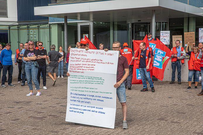 Wehkamp-medewerkers voerden vanmorgen opnieuw actie bij het hoofdkantoor. De stakingen gingen de derde week in. Maar terwijl buiten actie werd gevoerd, werd binnen een akkoord bereikt over een sociaal plan voor 82 medewerkers die hun baan kwijtraken.