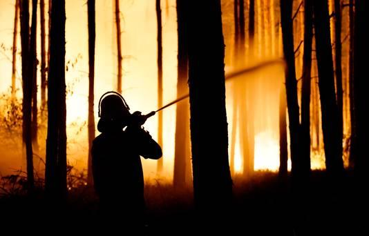 Een brandweerman in Klausdorf in de buurt van Treuenbrietzen.
