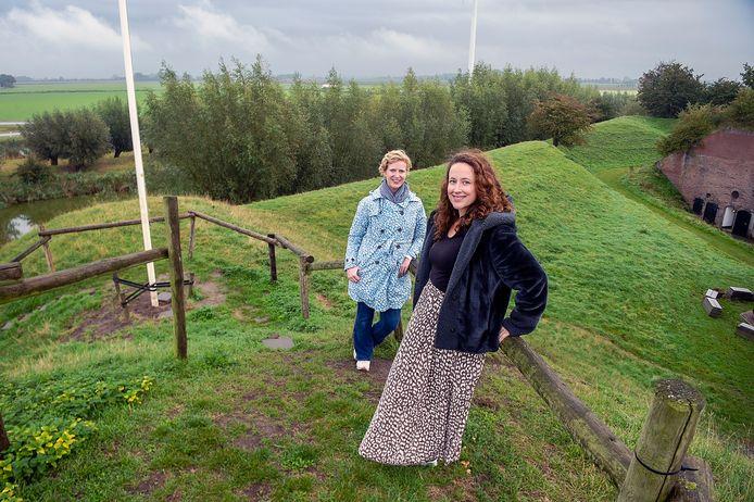 Corianne Bartels en Kim van den Berg op de plek waar hun film eindigt: het hoogste punt van Fort Sabina