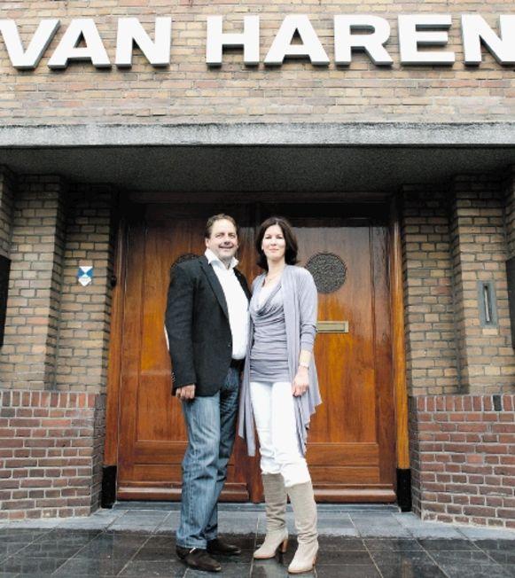 37e6bbe65cd Krein Bons, directeur van Van Haren, en Anita van Doorn, manager human  resources. (FOTO BART VAN DER MOEREN)