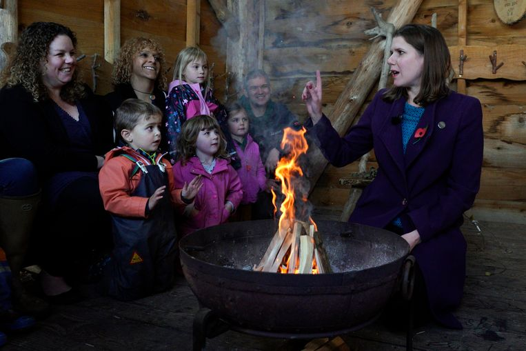 De Lib Dem-voorzitter tijdens een bezoek aan de Free Rangers Forest School Nursery in Midsomer Norton.
