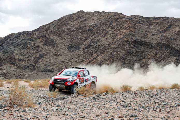 De autocoureurs Bernhard ten Brinke en Tom Colsoul blijven 8ste in Dakar.