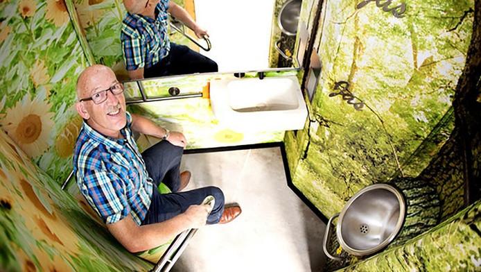 Johan Molenbroek in het studiemodel van de nieuwe trein-wc Foto: Guus Schoonewille