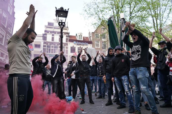 Fans van Ajax vieren de titel.