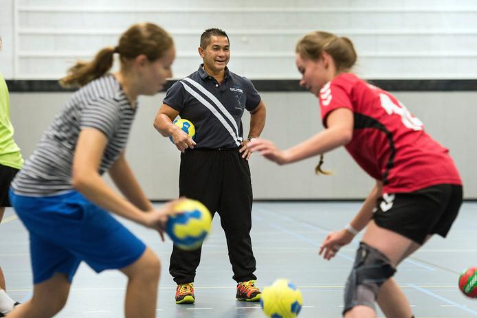 handbalcoach frank van ommen in sportcentrum bress