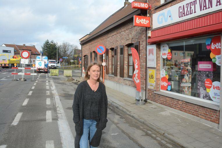 Martine Van Laere zag meteen het effect van het afsluiten van de gewestweg en hoopt nu vooral op steun van de vaste klanten om de moeilijke periode te overbruggen.