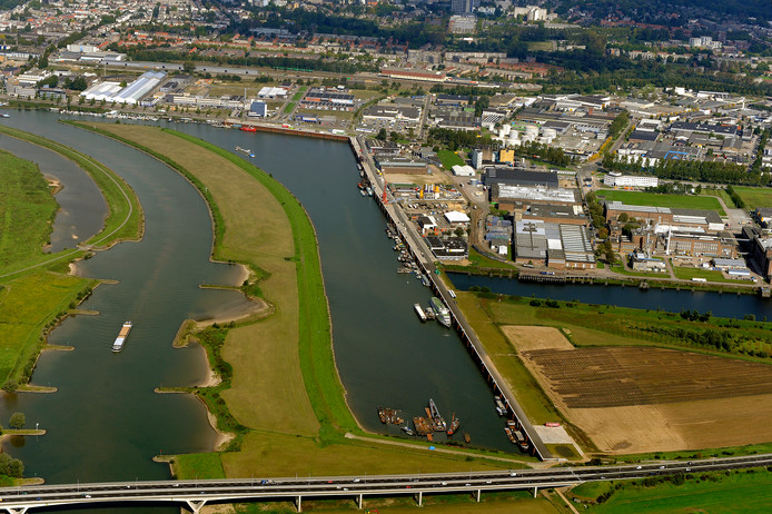 De Nieuwe Haven met rechts Industriepark Kleefse Waard en rechtsonder de Koningspleij waar de vier windturbines moeten komen.