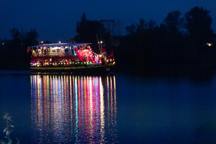 De feeëriek verlichte Pakjesboot komt zaterdagavond aan in Rhenen