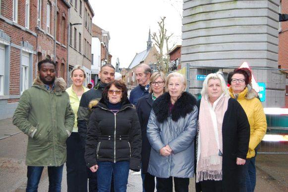 Raadslid Eddy El Herbouti (sp.a) met de bewoners van de Slachthuisstraat.