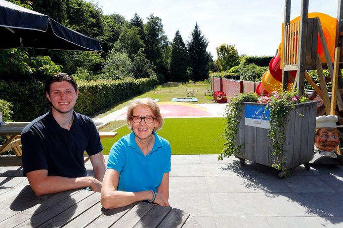 Ans Wertenbroek en zoon Sjoerd op het rookvrije achterterras van De Pannenkoekenbakker met uitzicht op de aangepaste speeltuin.