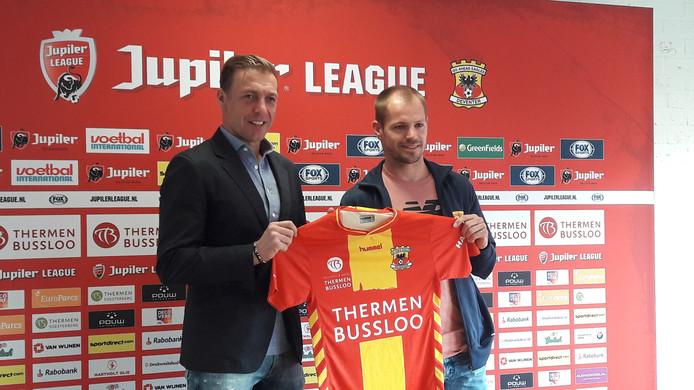 Istvan Bakx en technisch manager Paul Bosvelt houden het shirt van Go Ahead Eagles vast.