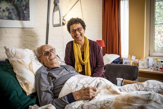 Op de foto Gerard Meulenbroek en vrijwilligster Ferial Versteegh.
