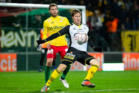 Anton Saroka heeft Nicolas Lombaerts in de rug.